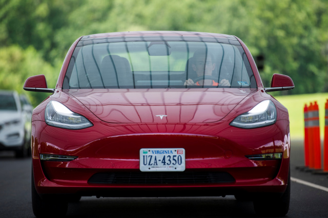 Tesla Autopilot Will Now Detects Speed Limit Signs - RAVZGADGET